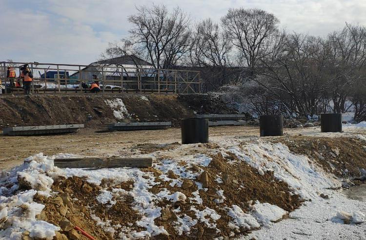 Защитную дамбу строят в Приморье