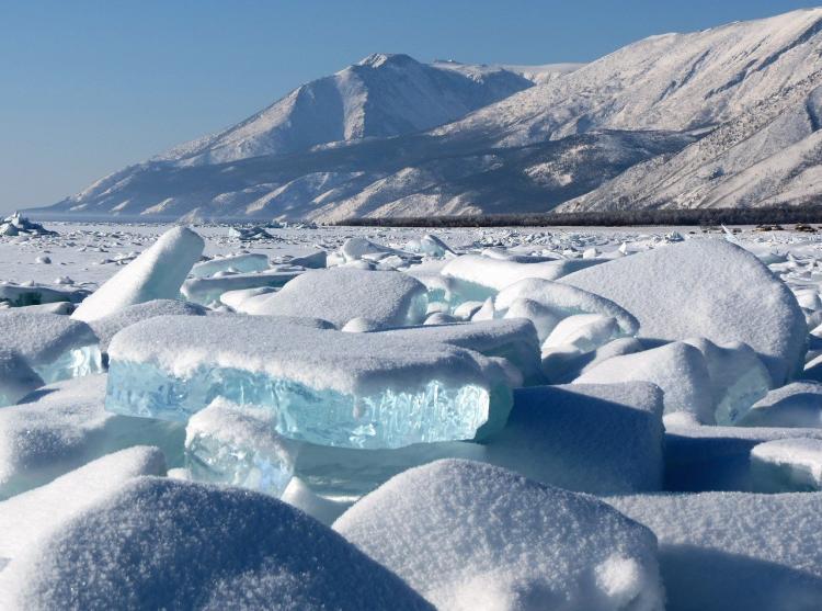 Все цвета льда: кадры замерзшего приморского водоёма взорвали сеть