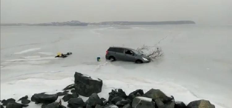 Опять рыба победила: во Владивостоке автомобиль провалился под лёд
