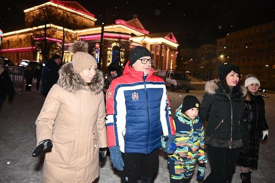 Алексей Текслер с семьей и Наталья Котова прогулялись по ледовому городку вцентре Челябинска