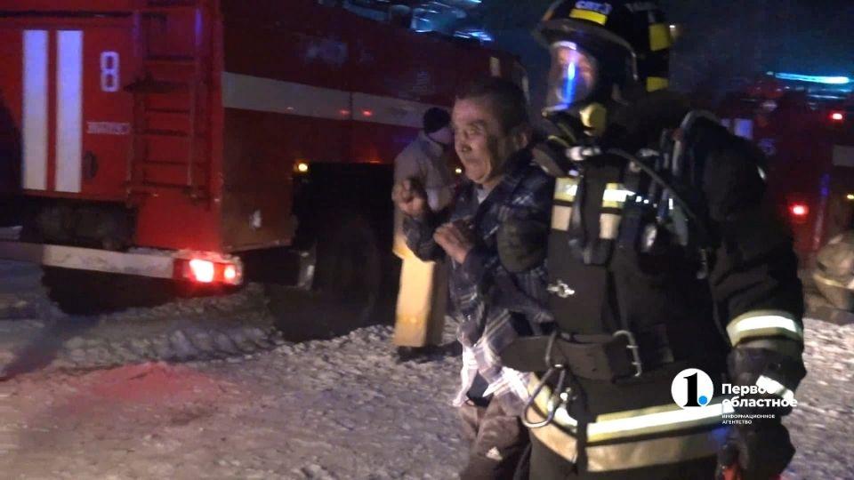 10 человек спасли пожарные Златоуста из горящего дома