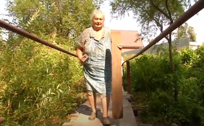 Мост через реку чинят пенсионерки в Новосибирске