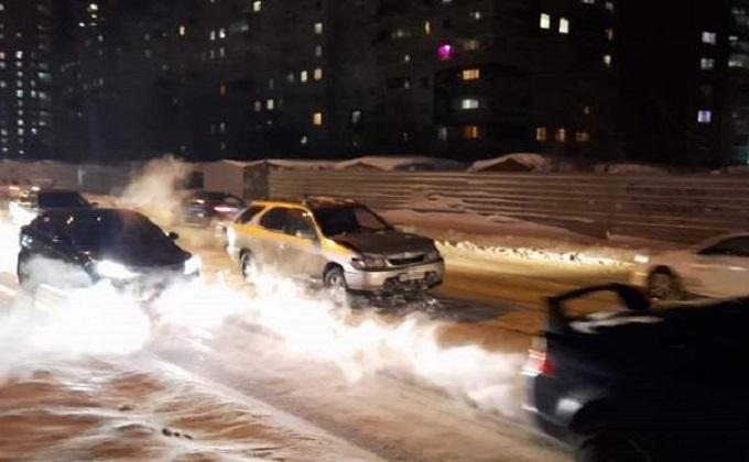 В Новосибирске угонщик семейного минивена протаранил автобус