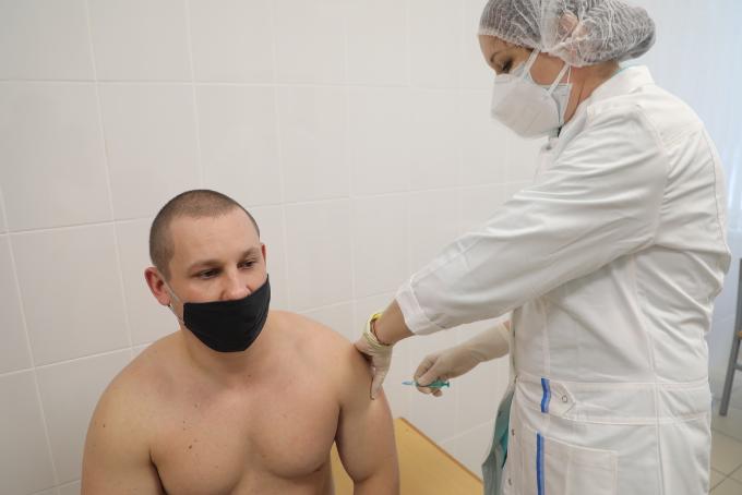 Курсантов военного училища прививают от коронавируса в Новосибирске