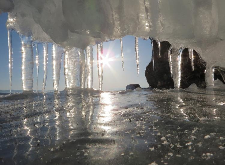 Прозрачность льда зашкаливает: фото приморского водохранилища взорвали сеть