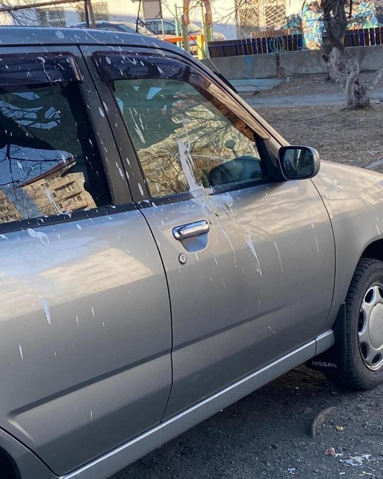 «Орудуют вандалы»: неизвестные вновь портят автомобили в Приморье