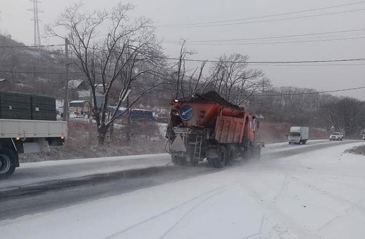 Снегоуборочная техника работала всю ночь на дорогах Приморья