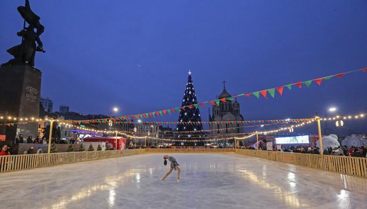 Владивостокцы проводят время на городских катках
