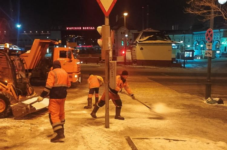 Во Владивостоке всю ночь боролись с последствиями ледяного циклона