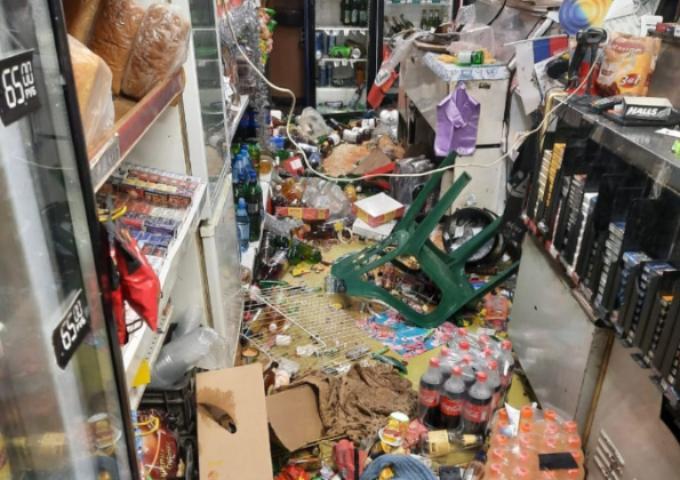 Дебошир с ножом разгромил магазин в Октябрьском районе