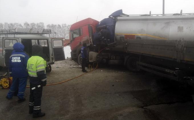 Столкновение фуры и бензовоза блокировало трассу в Новосибирск