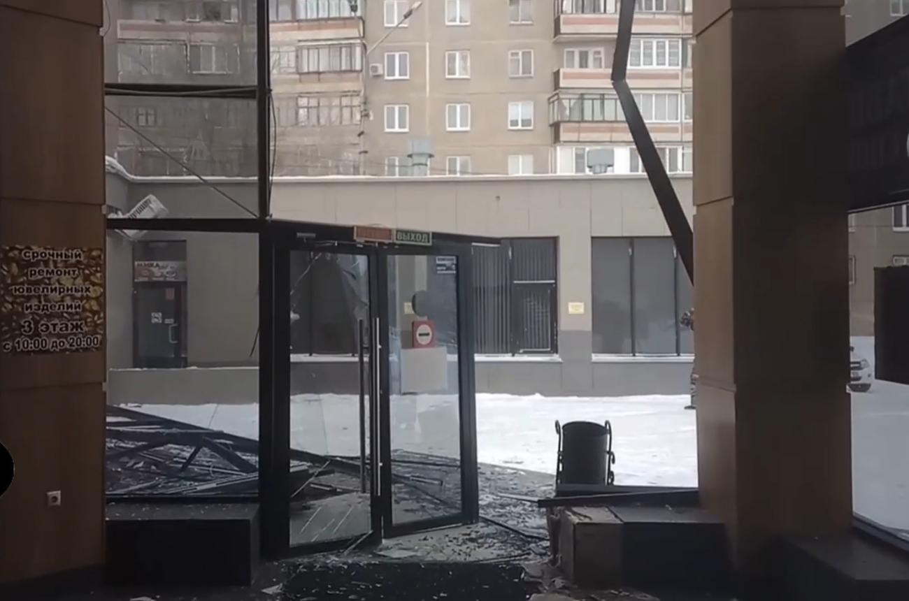 В Магнитогорске обрушился стеклянный фасад торгового центра