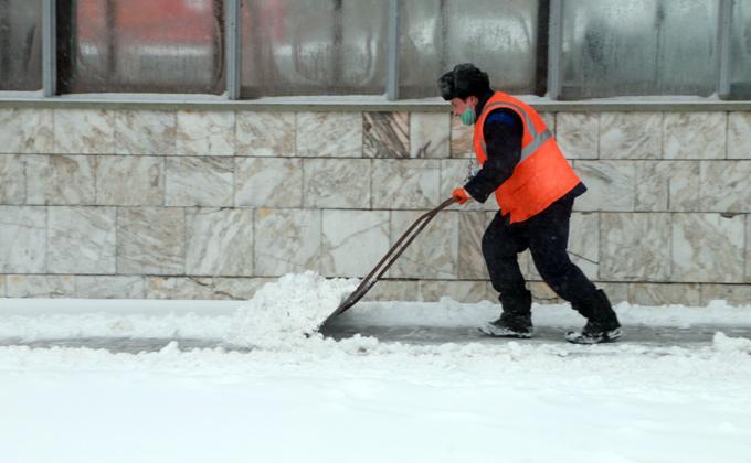 В Новосибирске устраняют последствия снежного урагана
