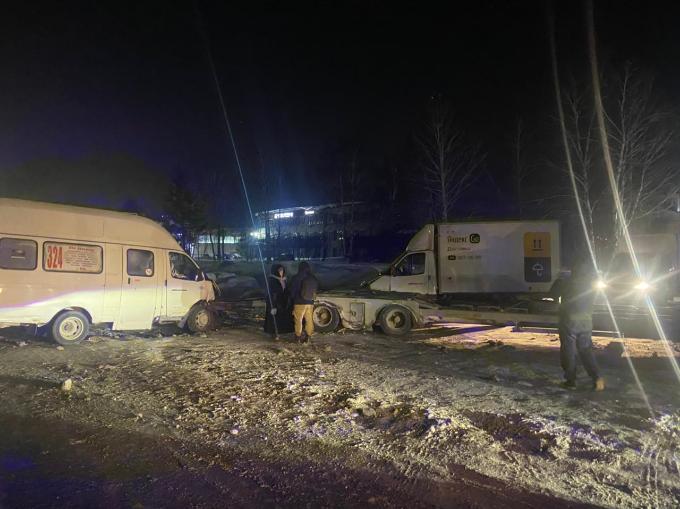Пять пассажиров маршрутки попали в больницу после столкновения с Мерседесом в Новосибирске