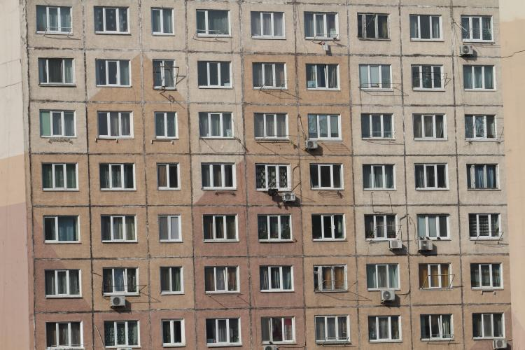 Человек – паук: происходящее на балконе обеспокоило жителей Владивостока