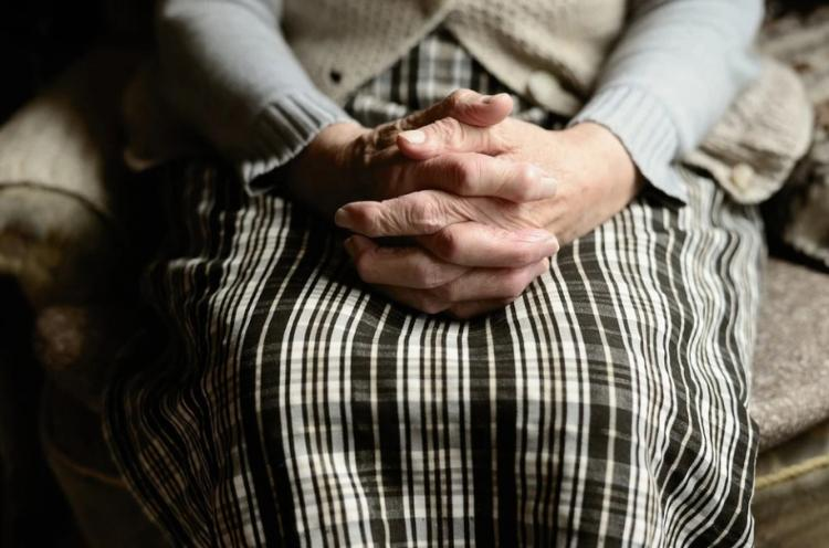 Подбежал и выхватил сумку: во Владивостоке пенсионерка осталась без денег