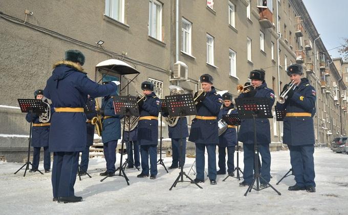 Военные сыграли «Катюшу» под окнами медсестры в Новосибирске
