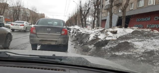 Снег мешает проезду автомобилей на проспекте Дзержинского в Новосибирске
