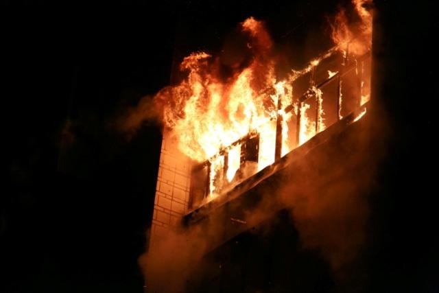 Двенадцать человек спасли сотрудники МЧС на пожаре в многоэтажном доме в Новосибирске