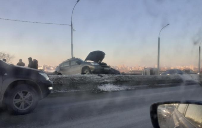 «Три тачки на раскорячку»: серьезное ДТП блокировало Бугринский мост