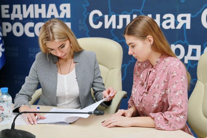 Первые кандидаты подали документы в региональный оргкомитет предварительного голосования «Единой России» в Новосибирске