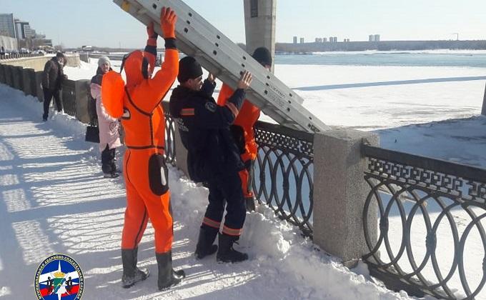 Житель Новосибирска прыгнул на лед Оби с Октябрьского моста и выжил