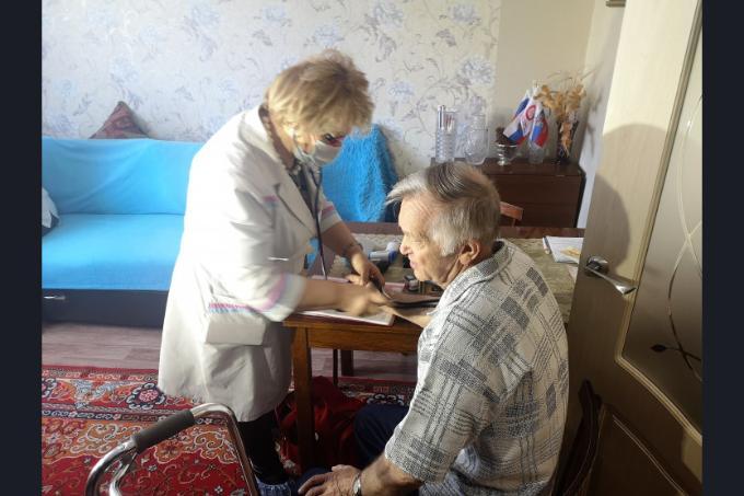 Врачи частных центров стали патронировать пожилых новосибирцев на дому