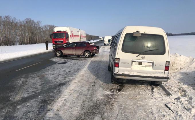 Двухлетний ребенок получил травмы в тройном ДТП под Новосибирском