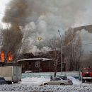 Загорелся трехэтажный деревянный дом на улице Титова в Новосибирске