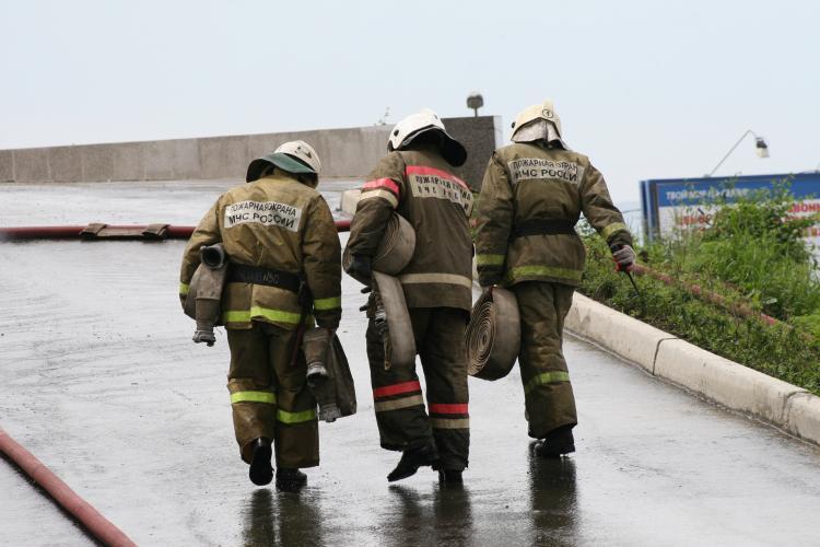 Эвакуированы 20 человек: масштабный пожар полыхает в автомагазине Приморья