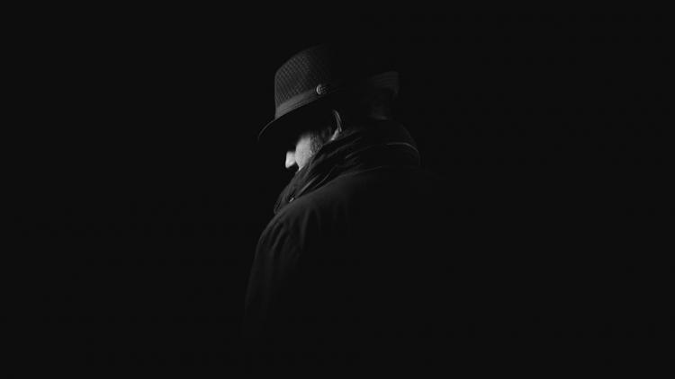 «Мамкины гангстеры»: компания парней размахивала пистолетом в подъезде