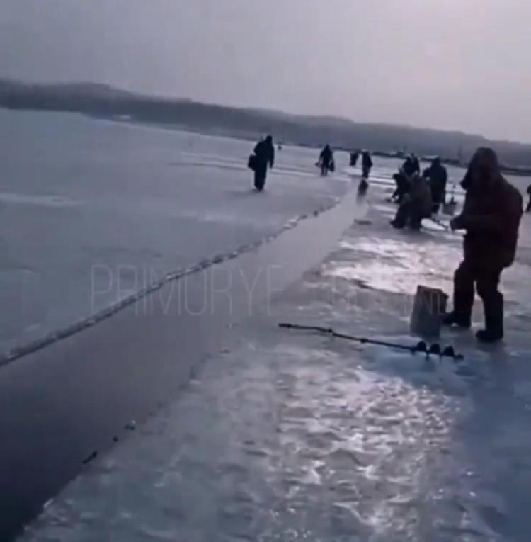 В Приморье льдину с рыбаками начало уносить в море