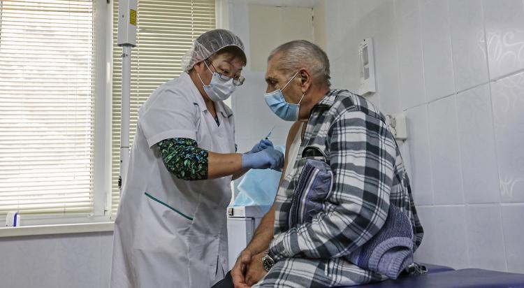 Прививку от коронавируса сделали более 17 тысяч владивостокцев