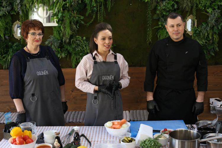 Писательница из Владивостока вместе с су-шефом приготовила морское блюдо