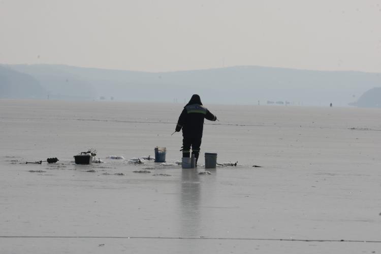 Жителей Владивостока призывают не выходить на лёд бухт и водоёмов