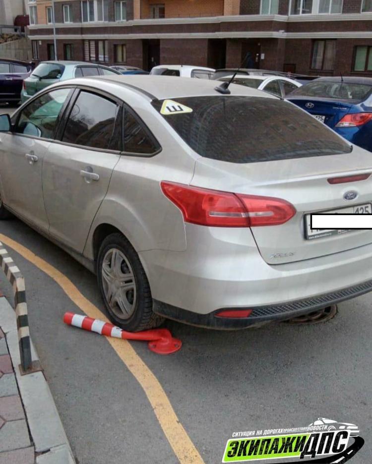 Во Владивостоке водители нагло игнорируют запрет парковки у многоэтажек