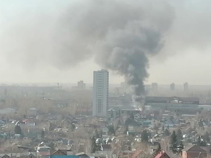 43 пожарных тушат склад в Кировском районе