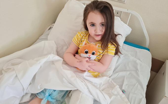 Титановыми стержнями заменили хрустальные кости 5-летней Лере из Новосибирска