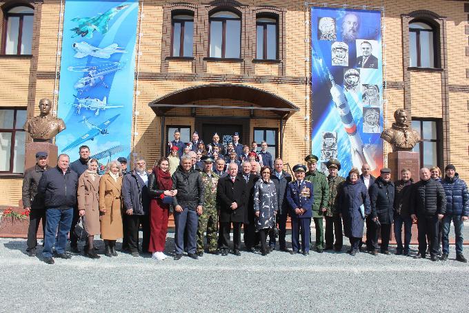 Памятники героям СССР Герману Титову и Георгию Байдукову открыли в Коченево