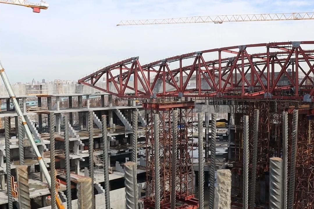 Как строят крышу ЛДС: видео с самого верха здания