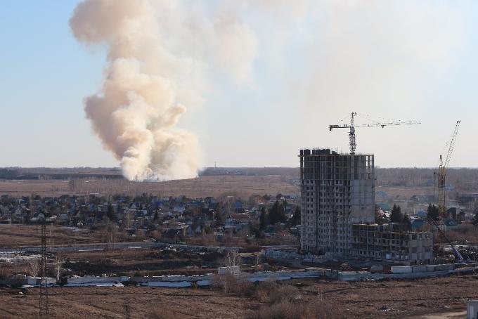 Огонь с полей подобрался к Кировскому району в Новосибирске