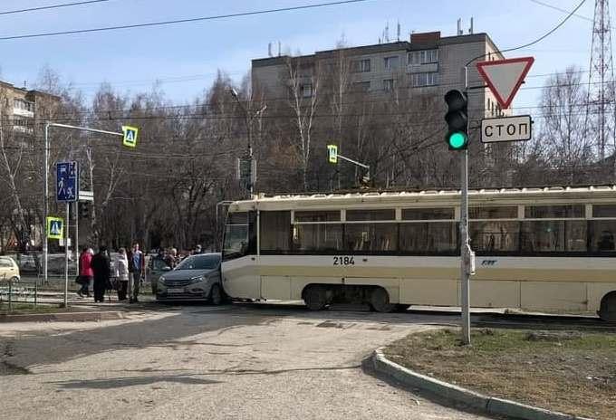 Трамвай протаранил «Ладу» в Новосибирске и спровоцировал затор