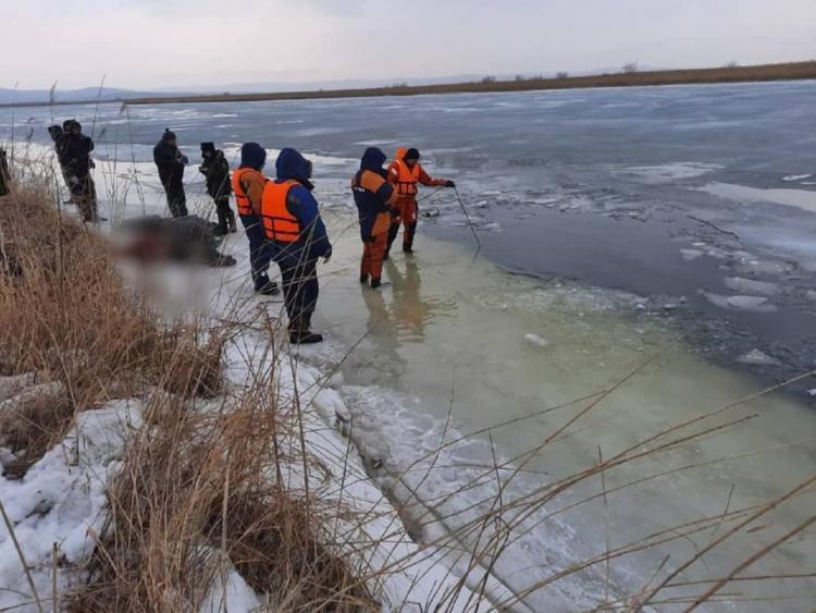 Приморец, чья семья провалилась под лед на авто, еще 20 дней жил у реки