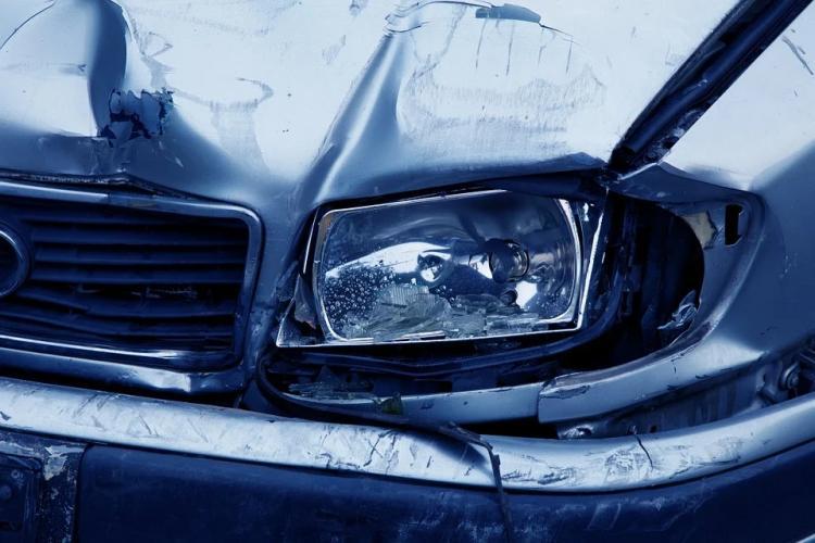 Из-за аварии на Михайловском шоссе автомобиль отбросило в кювет