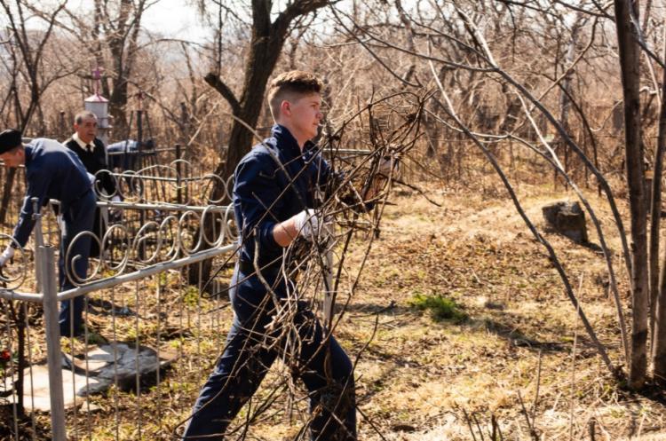 Во Владивостоке приводят в порядок места захоронений ветеранов