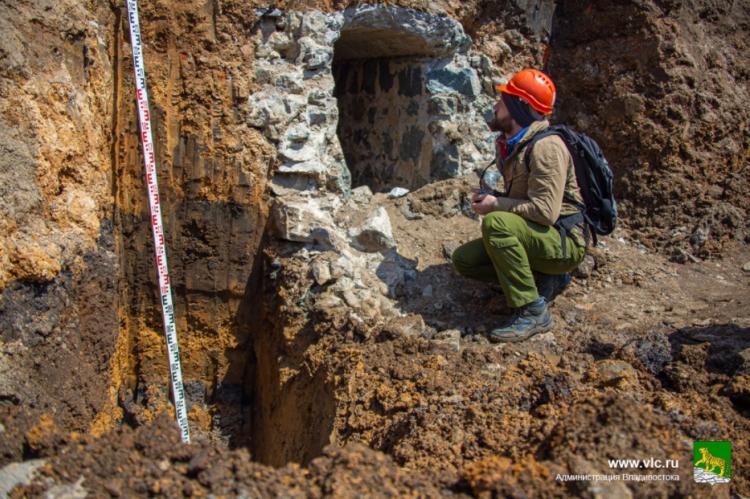 На центральной площади Владивостока обнаружена часть системы водоотвода