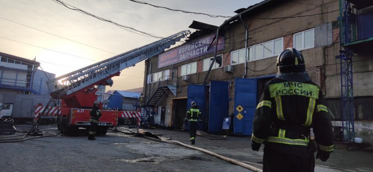 Во Владивостоке произошел пожар на складе продуктов и автозапчастей