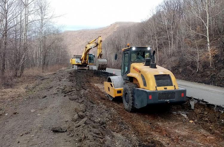 На трассах Приморья продолжается укладка асфальта по национальному проекту