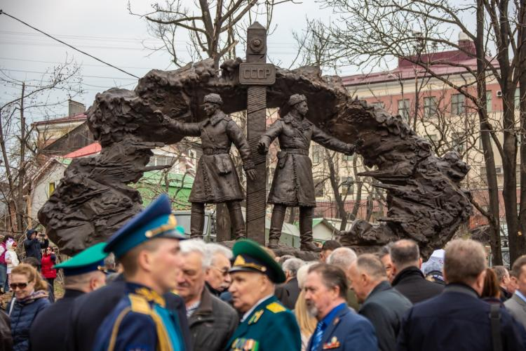 Памятник погибшим на реке Уссури пограничникам открыли во Владивостоке