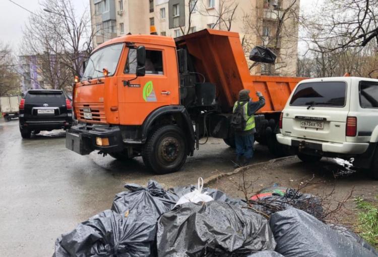 Дорожная служба продолжает вывозить мусор и ветки, собранные на субботнике
